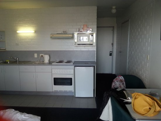 Adina Place City View Apartments: Kitchenette