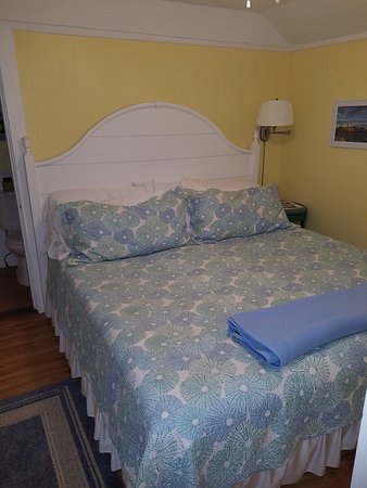 Cape Neddick, เมน: the beedroom, king size bed.