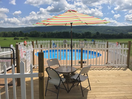 Milford, NY: Pool(Open Summer Only) Overlooking View