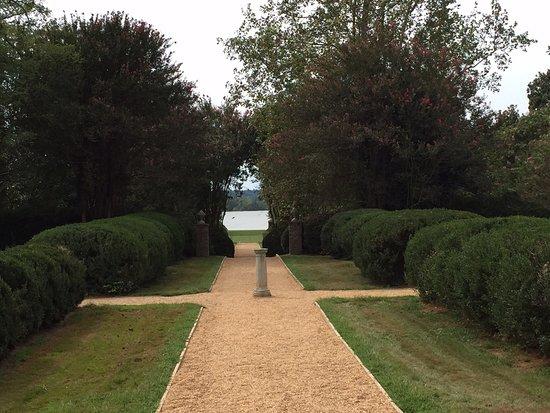 Charles City, Wirginia: Berkeley Plantation Gardens with views toward the James River