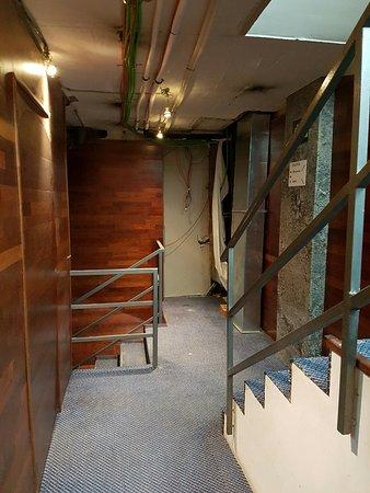 Une Partie De L'Escalier Menant Depuis Notre Chambre Au Sous Sol