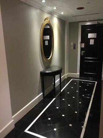 Royal Orchid Guam Hotel: 入り口からベットルームへ