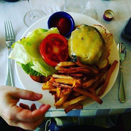 North Hero, Вермонт: cheeseburger--but what a cheeseburger!