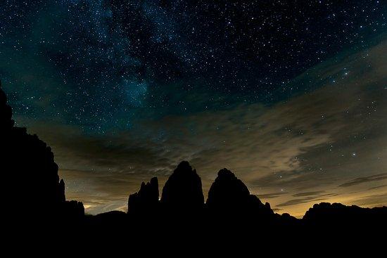 Tre Cime di Lavaredo: Le tre cime e, sulla destra, il monte Paterno in una notte stellata