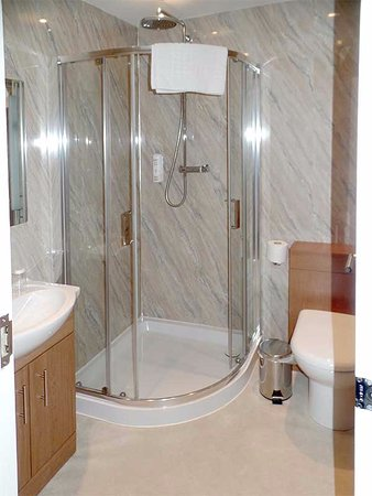 Grammar Lodge Guesthouse: All the bathrooms I inspected were very clean, modern, efficient and well-appointed
