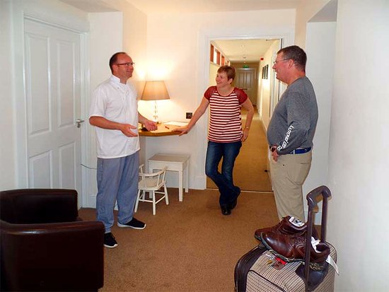 Grammar Lodge Guesthouse: Kirsteen and Willie always have a moment to chat about travel, food, golf and more