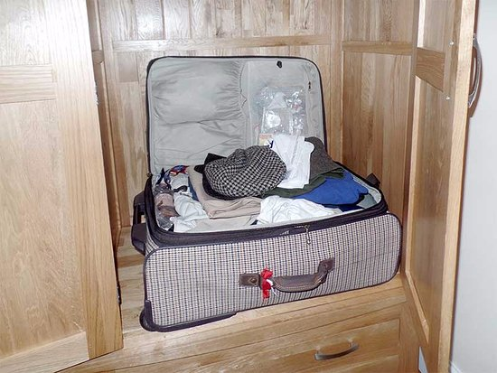 Grammar Lodge Guesthouse: My room had a luggage cupboard which doubled as a luggage rack, very handy