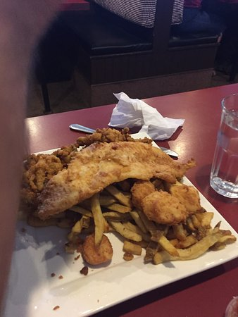 Vicki's Seafood Restaurant: Haddie bits and a seafood platter....plenty of food and very tasty