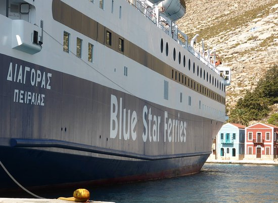 Hotel Kastellorizo: The ferry turns around in the small harbour