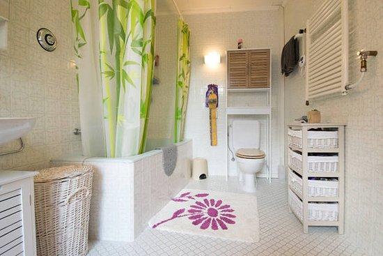 Vuiteboeuf, Suisse : Salle de bains commune