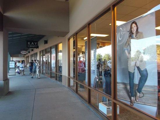 Allen Premium Outlets: pasillos
