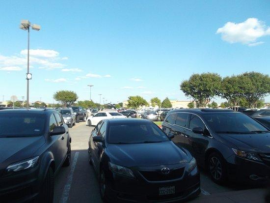 Allen Premium Outlets: estacionamiento