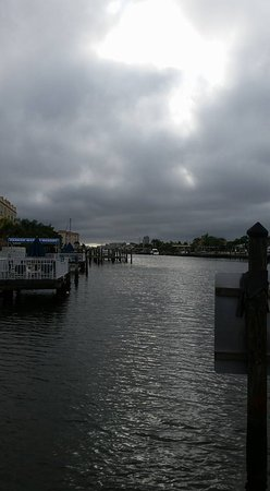 Sta'n Pla Motel: cloudy morning on the dock outside the room - beautiful