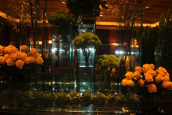 Sofitel New York: Always a beautiful floral display in Lobby and other hallways