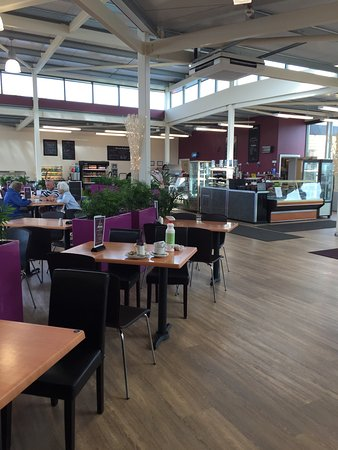 Meols, UK: As part of the Carr Farm Garden Centre, the Atrium is the coffee shop cafe, very modern, spaciou