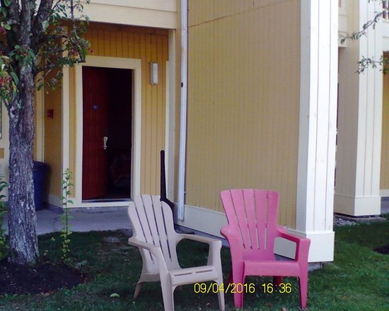 Econo Lodge Freeport: Private seating outside of Room 105