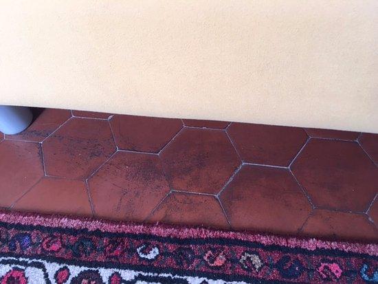 Ape Rosa Relais : Die schwarzen Flecken sind Schmutz, der mit einem feuchten Tuch leicht zu entfernen war.