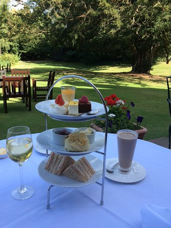Hintlesham, UK: Wonderful afternoon tea in the grounds