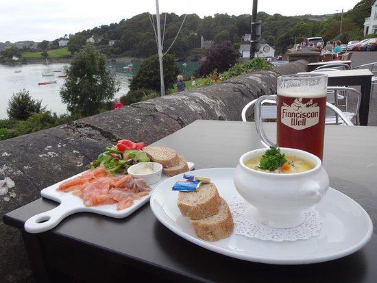 Glandore, Irland: El Salmón casero marinado con Brandy, y la excelente seafood Chowder con una de las mejores cerv