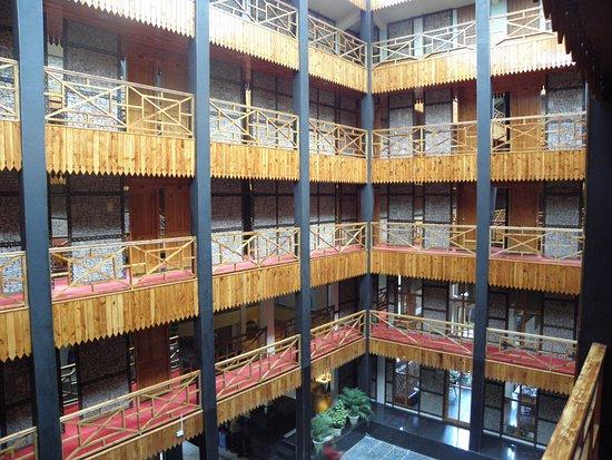 Honeymoon Inn Manali: Het hotel is om een soort atrium heen gebouwd, met veel heerlijk geurend hout.