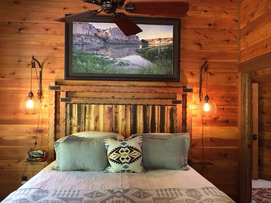Darby, MT: One of the bedrooms at the Riverside Cabin