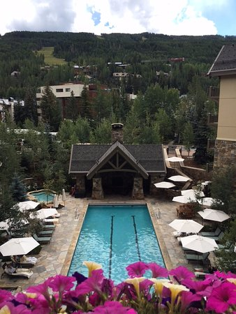Four Seasons Resort and Residences Vail: view from the lounge overlooking the pool