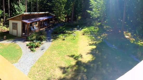 Savary Island, Canadá: View of bunkhouse and grounds from the luxury suite