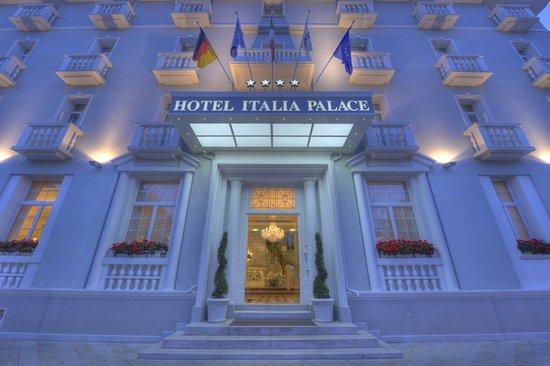 Hotel Italia Palace: Esterno ingresso sera