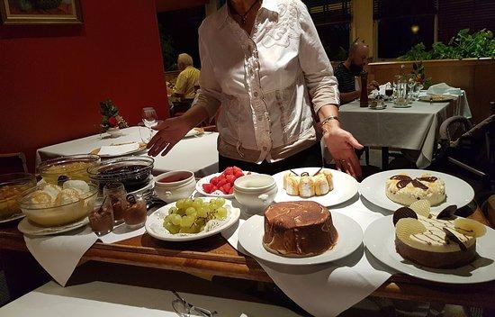 Le Chateau de Neuville St. Amand: Le buffet de desserts faits maison compris dans la formule étape