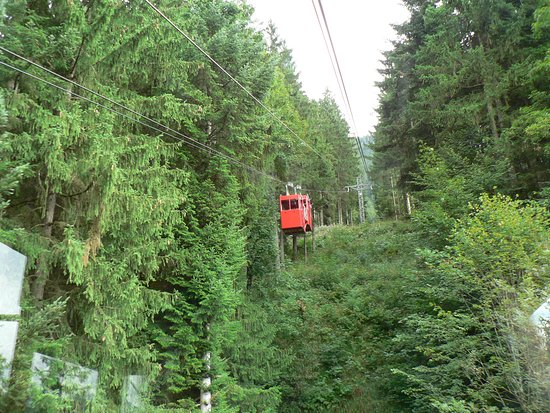 Berchtesgaden, Niemcy: Two little cable cars in tandem.