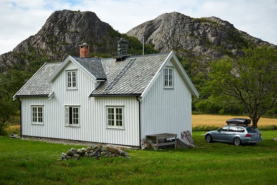 Aafjord, Norway: The house with some difficult hill tops