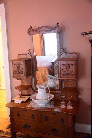 Looking Glass Inn: Portrait Room