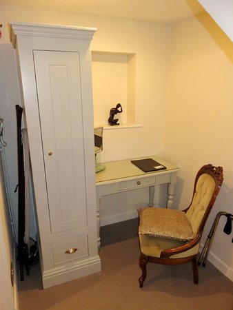 Crickhowell, UK: Work desk in room #19 at The Dragon Inn (31/Aug/16).
