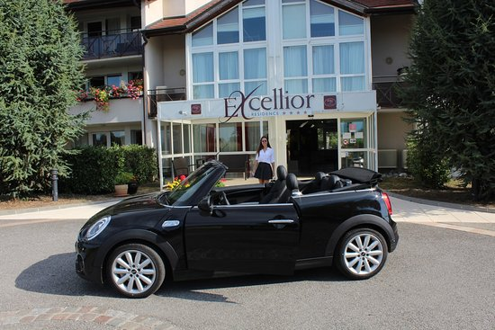 Veigy-Foncenex, Francia: This is the entrance of the hotel with free parking.