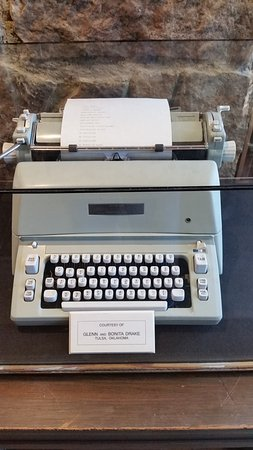 ‪‪Sequoyah's Cabin Historic Site‬: Cherokee typeface on a typewriter‬