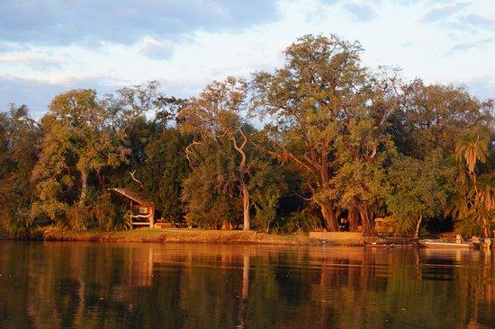 Shakawe, Botswana: Anblick der Lodge vom Wasser aus