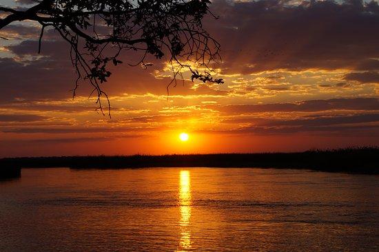 Shakawe, بوتسوانا: Blick von unserer Terrasse in den Sonnenuntergang