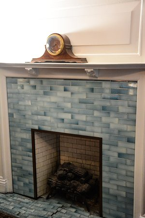 Stone Soup Inn: Blue Room - Decrative Fireplace