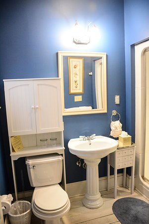 Stone Soup Inn: Blue Room Bathroom