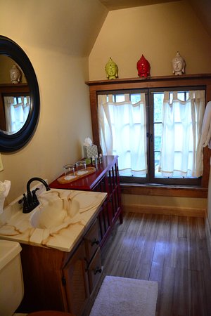 Stone Soup Inn: SW Loft Bathroom