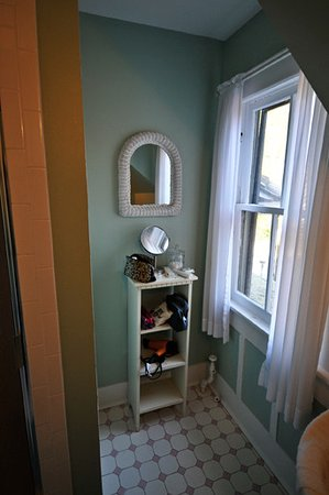 The Magnolia Inn: bathroom shelf