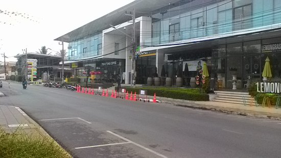Baan Suwantawe: Магазины напротив