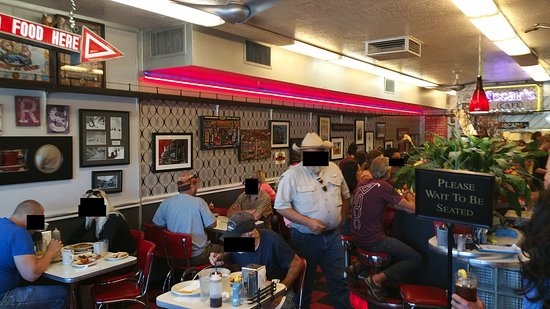 Oscar's Cafe: This little place is packed!!!