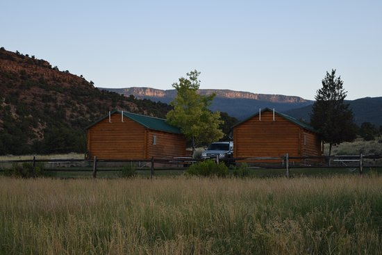 Cowboy Homestead Cabins: You park between the cabins and there is a picnic table and grill there also