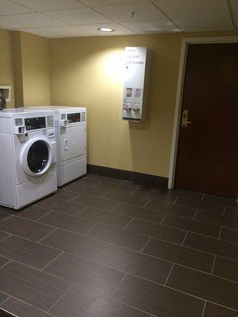 هوليداي إن إكسبريس هوتل آند سويتس: Laundry