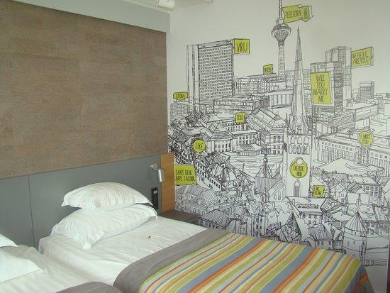 Original Sokos Hotel Viru: Desenho na parede do quarto - mapa da cidade