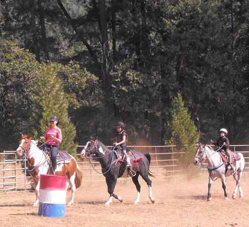Trinity Center, Californie : A riding lesson in the arena.