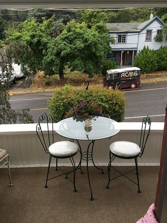 The Painted Lady Bed & Breakfast and Tea Room : Upstairs porch view