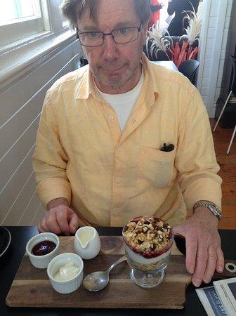 Mangonui, نيوزيلندا: Muesli, berries, yogurt