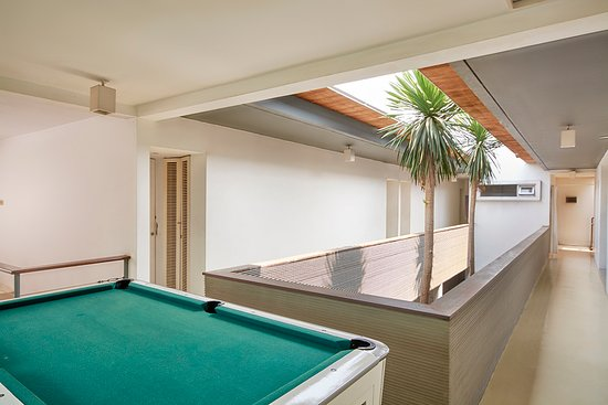 Flat06 : Pool Table